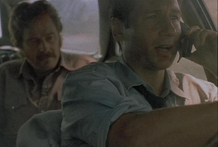 Mulder (David Duchovny, r.) erklärt am Telefon, warum er mit seinem Kidnapper mit hoher Geschwindigkeit fahren muss.
