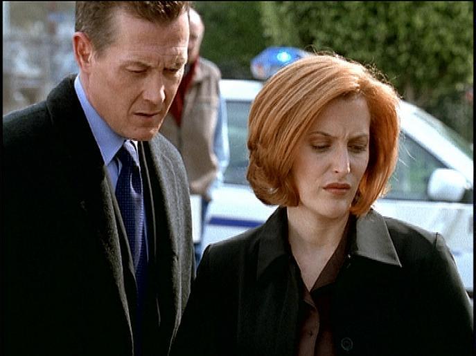 Scully (Gillian Anderson, r.) und Doggett (Robert Patrick, l.) begutachten eine Leiche, die fünf tiefe Löcher im Kopf hat. © Twentieth Century Fox Film
