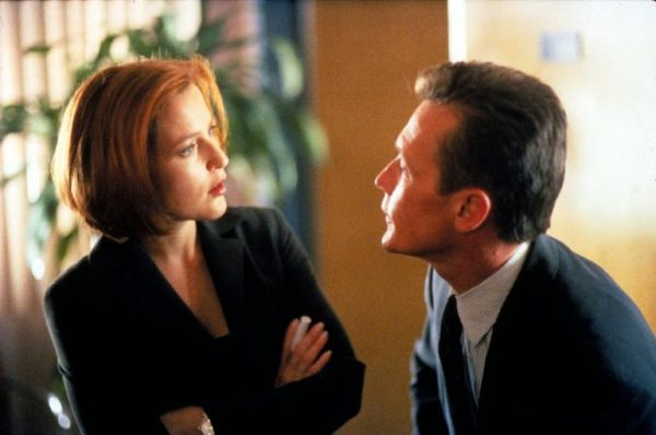 Scully (Gillian Anderson, l.) und Doggett (Robert Patrick, r.) untersuchen den Fall eines Jungen, der vor zehn Jahren entführt wurde und jetzt wieder aufgetaucht ist, ohne auch nur einen Tag gealtert zu sein. Foto: 20th Century Fox