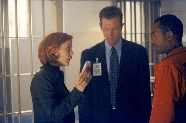 Scully (Gillian Anderson, l.) und Doggett (Robert Patrick, M.) halten den Staatsanwalt Martin Wells (Joe Morton, r.) für den Mörder seiner Frau. © Twentieth Century Fox Film Corporation