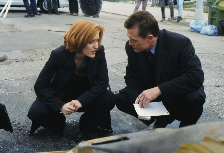 Die Ermittlungen zum Mord an einem Immobilienmakler führen Doggett (Robert Patrick, r.) und Scully (Gillian Anderson, l.) zu einer kleinen, eigenartigen Kammerjägerfirma. © Twentieth Century Fox Film Corporation.