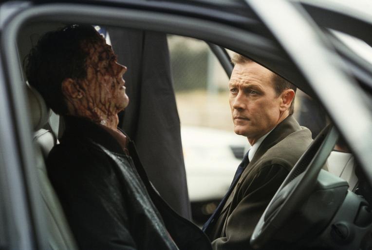John Doggett (Robert Patrick, r.) hat einen schwierigen Fall zu lösen: Zwanzig Sektenmitglieder und zwei FBI-Agenten wurden ermordet. © Twentieth Century Fox Film Corporation.