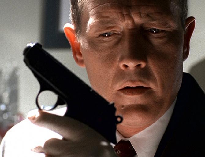 Doggett (Robert Patrick) findet in Mulders Wohnung eine Waffe, in deren Magazin drei Kugeln fehlen. Er glaubt, dass Mulder damit jemanden erschossen hat, bevor er verschwunden ist. © Twentieth Century Fox Film Corporation