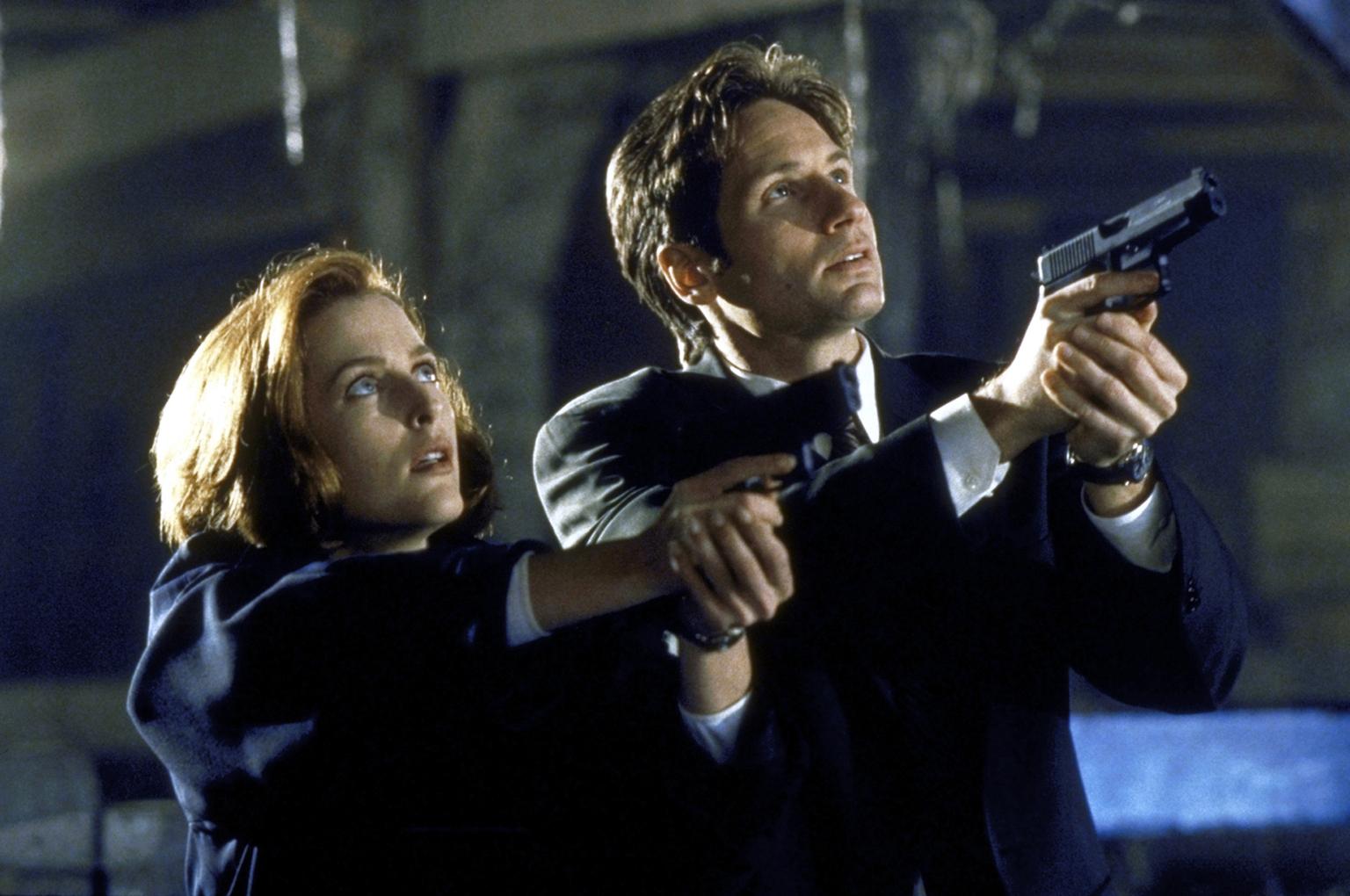 Mulder (David Duchovny, r.) und Scully (Gillian Anderson, l.) begegnen auf ihrer Suche nach einem angeblichen Monster dem bedauernswerten Opfer eines gentechnischen Experimentes. (c) Twentieth Century Fox Film Corporation.
