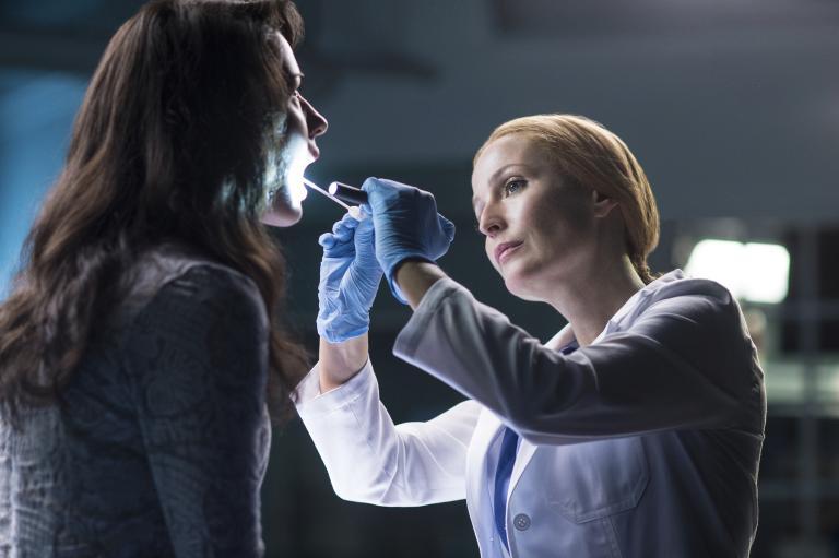 Die junge Sveta (Annet Mahendru, l.) behauptet Alien-DNA in sich zu tragen. Kann Scully (Gillian Anderson, r.) dies auch wissenschaftlich nachweisen? © 2016 Fox and its related entities. All rights reserved.