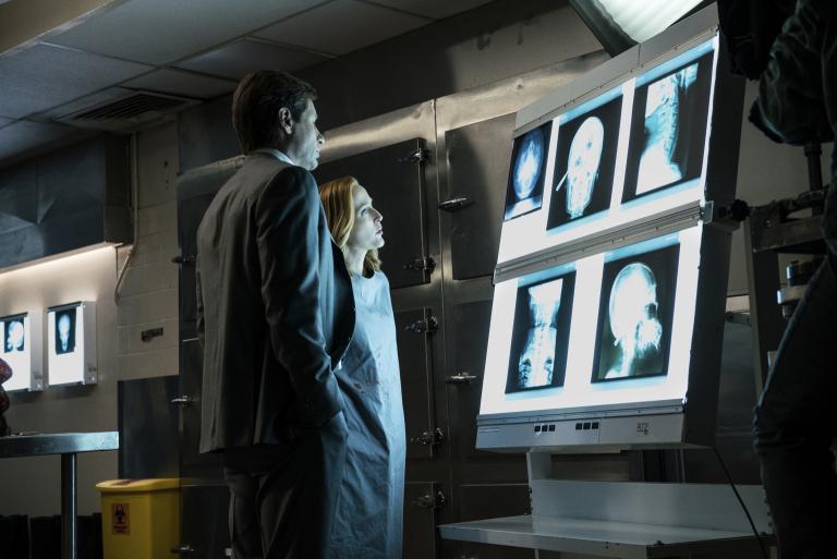 Selbstmord oder Mord? Mulder (David Duchovny, l.) und Scully (Gillian Anderson, r.) erkennen schnell, dass hinter dem Tod eines Wissenschaftlers viel mehr steckt, als zu Beginn angenommen ... © 2016 Fox and its related entities