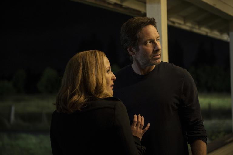 Der Fall einer angeblich häufiger von Alien entführten Frau ruft die alten Agenten Scully (Gillian Anderson, l.) und Mulder (David Duchovny, r.) wieder auf den Plan ... © 2016 Fox and its related entities. All rights reserved.