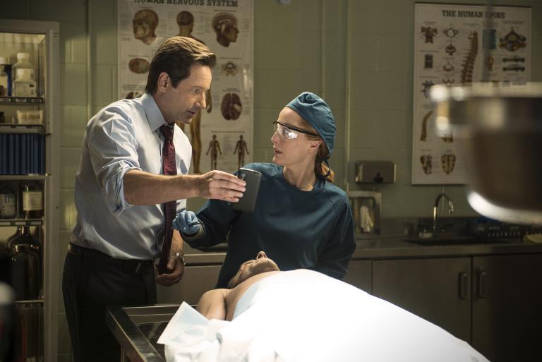 Der Tod eines Mannes stellt Mulder (David Duchovny, l.) und Scully (Gillian Anderson, r.) vor einige Rätsel ... © 2016 Fox