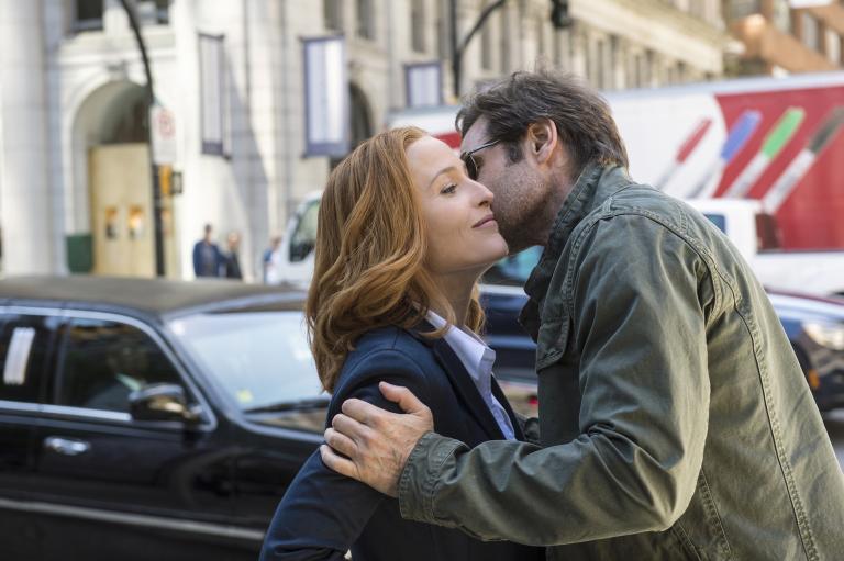 Nach langer Zeit treffen Scully (Gillian Anderson, l.) und Mulder (David Duchovny, r.) wieder aufeinander, als der Fall einer jungen Frau ihre Aufmerksamkeit erregt ... © 2016 Fox and its related entities. All rights reserved.