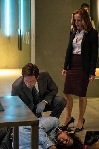 Der Tod des Wissenschaftlers Dr. Sonny Sanjay (Christopher Logan) weckt das Interesse von Mulder (David Duchovny, l.) und Scully (Gillian Anderson, r.), als gemunkelt wird, das an dem Tod mysteriöse Kräfte Schuld seien ... © 2016 Fox and its related entities. All rights reserved.