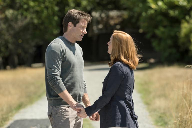 Ein junges Ermittlerpaar, das an an Mulder (David Duchovny, l.) und Scully (Gillian Anderson, r.) herantritt, erinnert die langjährigen Agenten an ihre eigenen Anfänge ... Copyright: 2016 Fox