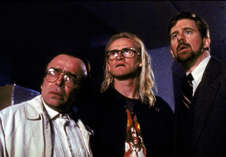 Im Jahre 1989 lernen Frohike (Tom Braidwood, l.), Langly (Dean Haglund, M.) und Byers (Bruce Harwood, r.) unter mysteriösen Umständen den FBI-Agenten Mulder kennen. © Twentieth Century Fox Film Corporation