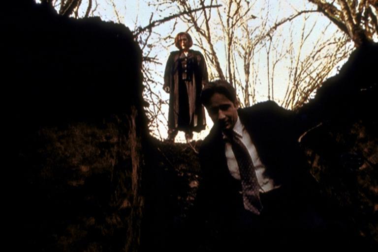 Mulder (David Duchovny, r.) und Scully (Gillian Anderson, l.) untersuchen ein Schlammloch, das angeblich gegraben wurde, um einen Mann darin versinken zu lassen. © Twentieth Century Fox Film Corporation