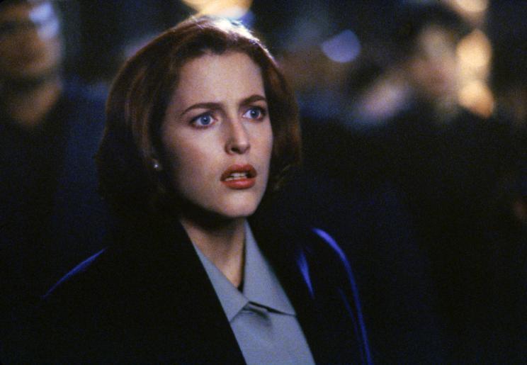 Im Gegensatz zu Mulder ist Scully (Gillian Anderson, Foto) diejenige, die Cassandra Spenders Geschichte glaubt. Bei einer Begegnung mit den Außerirdischen muss sie dann auch noch tatenlos mitansehen, wie diese Cassandra Spender wieder entführen ... © 1997 Twentieth Century Fox Film Corporation