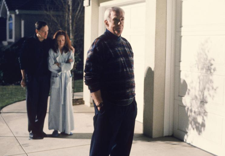Nachdem in einer Wohnanlage drei Paare spurlos verschwunden sind, schleusen sich Mulder und Scully als Ehepaar getarnt dort ein. In der Siedlung herrschen absurde Verhaltensregeln, die von allen penibel befolgt werden - scheinbar freiwillig: (v.l.n.r.) Win Schoeder (Tom Gallop), Cami Schoeder (Marnie McPhail) und Gene Gogolak (Peter White) ... © Twentieth Century Fox Film Corporation