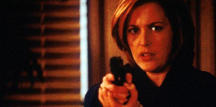 Scully (Gillian Anderson) hält den Bankräuber in Schach, der damit droht, sich selbst und alle Personen in der Bank in die Luft zu sprengen. ©Twentieth Century Fox Film Corporation