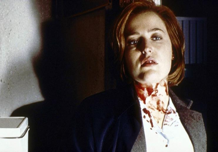 Scully (Gillian Anderson) ist tödlich getroffen worden, doch ein geheimnisvoller Unbekannter rettet ihr das Leben ... © Twentieth Century Fox Film Corporation