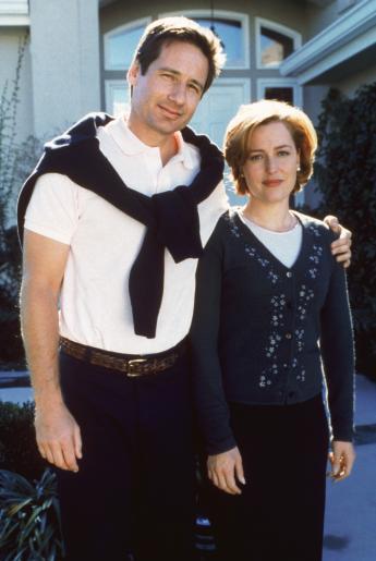 Mulder (David Duchovny, l.) ist zusammen mit Scully (Gillian Anderson, r.) als Ehepaar Petrie getarnt in eine Wohnanlage gezogen, um dort verdeckte Ermittlungen anzustellen ... ©Twentieth Century Fox Film Corporation