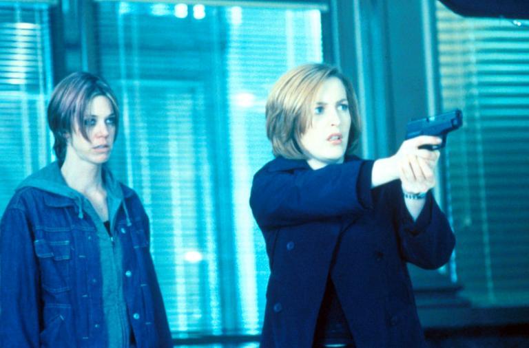 Scully (Gillian Anderson, r.) hält den Bankräuber in Schach, der damit droht, sich selbst und alle Personen in der Bank in die Luft zu sprengen. ©Twentieth Century Fox Film Corporation