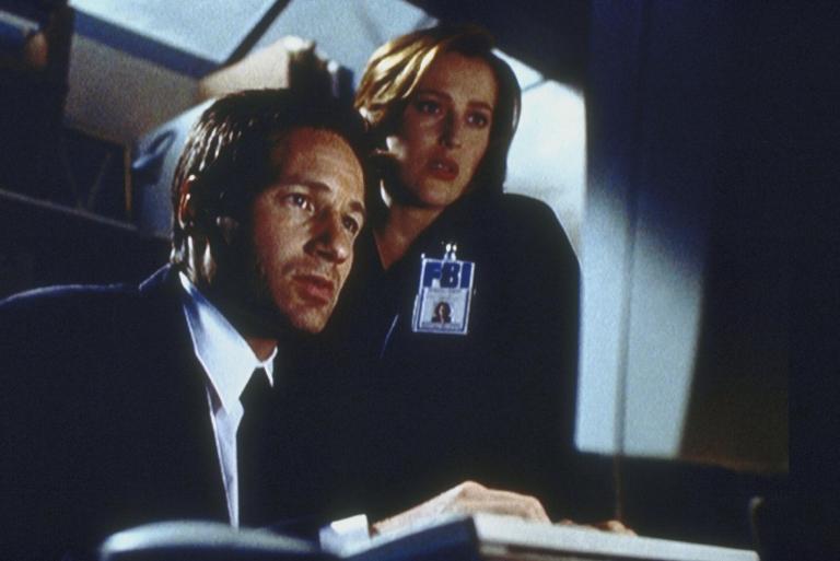Mulder (David Duchovny, l.) und Scully (Gillian Anderson, r.) finden bei ihrer Recherche etwas Unglaubliches heraus ... © Twentieth Century Fox Film Corporation