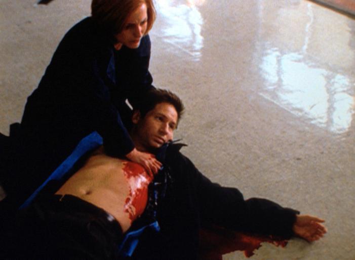 Vergeblich versucht Scully (Gillian Anderson, l.), Mulder (David Duchovny, r.) zu helfen, der von einem Bankräuber angeschossen worden ist. ©Twentieth Century Fox Film Corporation