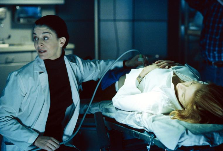 Während des Ultraschalls in der Klinik, macht sich Scully (Gillian Anderson, r.) Sorgen um ihr Ungeborenes. © Twentieth Century Fox Film Corporation. All Rights Reserved.