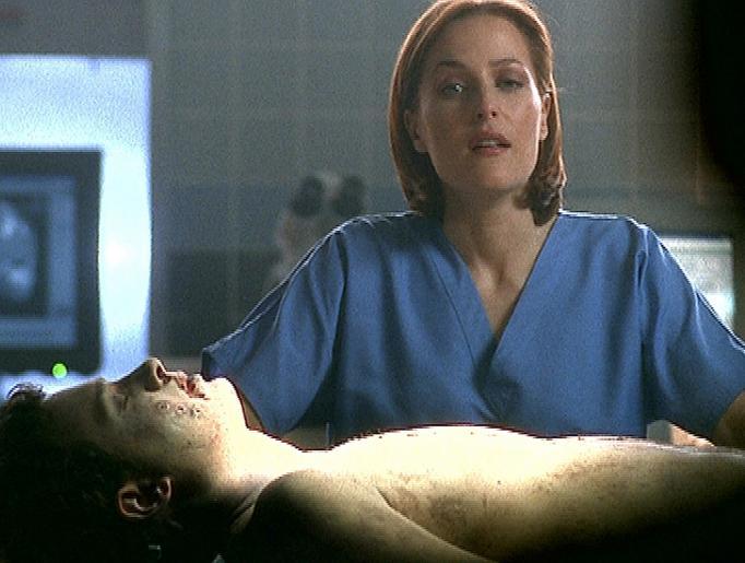 Scully (Gillian Anderson) muss eine Autopsie an der Leiche eines jungen Mannes durchführen, der zur gleichen Zeit wie Mulder von Außerirdischen entführt wurde. © Twentieth Century Fox Film Corporation. All Rights Reserved.