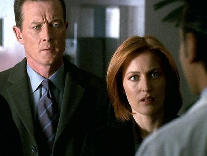 Doggett (Robert Patrick, l.) und Scully (Gillian Anderson, r.) werden in Montana mit einem übel zugerichteten Entführungsopfer konfrontiert. © Twentieth Century Fox Film Corporation. All Rights Reserved.