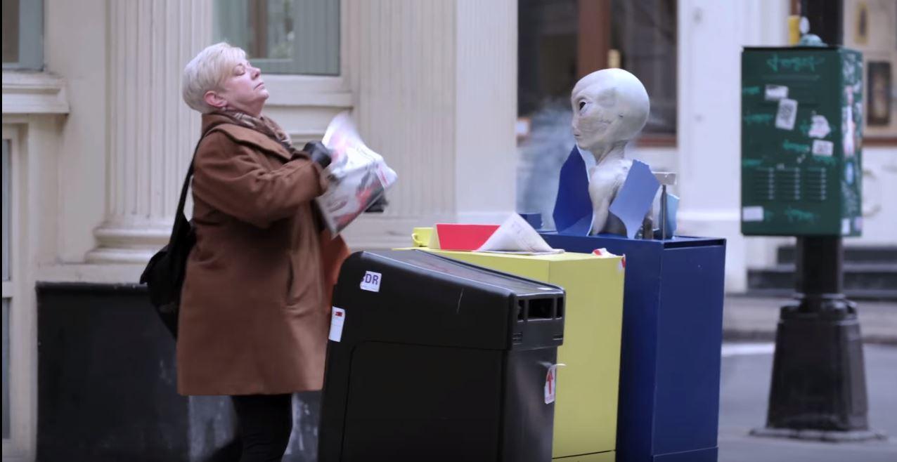 Eine Frau erschreckt sich beim Anblick des Alien-Kopfes. Screenshot: youtube.com/FoxBroadcasting