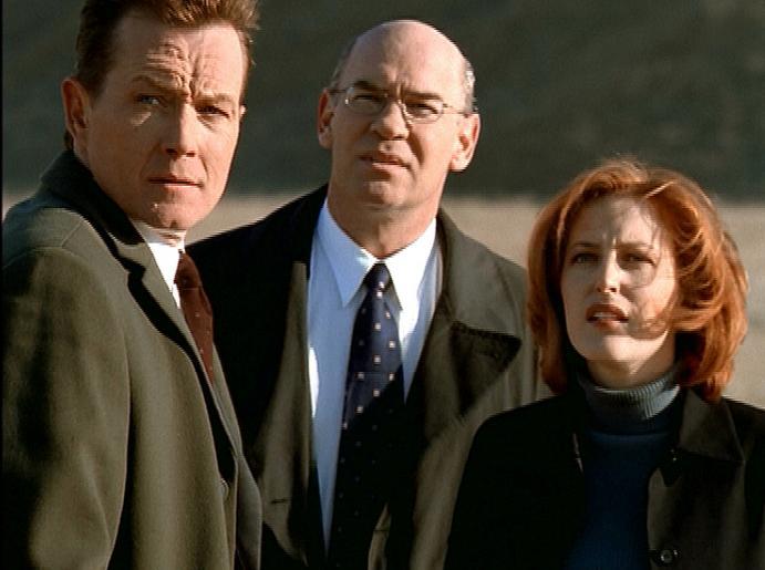 Scully (Gillian Anderson, r.), Doggett (Robert Patrick, l.) und Skinner (Mitch Pileggi, M.) sind in Montana einem Raumschiff auf der Spur, das halbtote Entführungsopfer in einem Feld ablädt. © Twentieth Century Fox Film Corporation. All Rights Reserved.