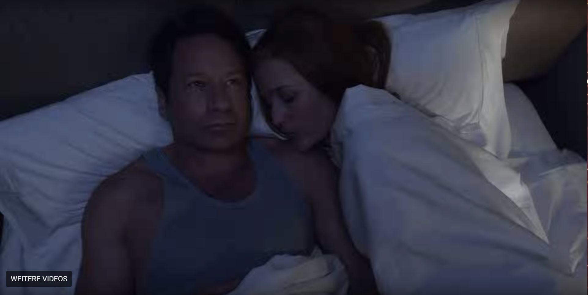 Die Szene wird nur ein Bruchteil einer Sekunde gezeigt: Scully und Mulder liegen in einem Bett. Foto: © Twentieth Century Fox Film Corporation