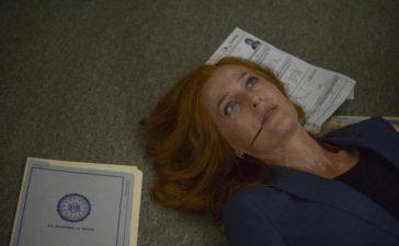 Mulder findet Scully (Gillian Anderson) bewusstlos in ihrem Büro. Was ist nur mit ihr geschehen? © 2017 Fox and its related entities. All rights reserved. / Sergei Bashlakov