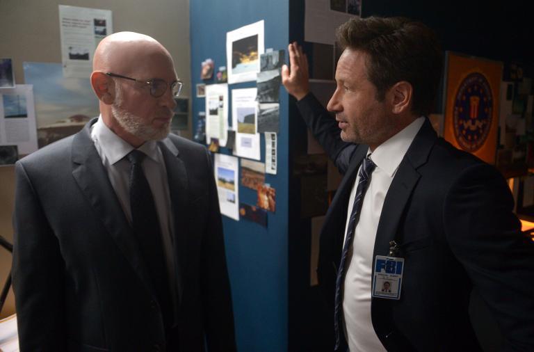 Können Mulder (David Duchovny, r.) und Scully Skinner (Mitch Pileggi, l.) wirklich trauen? © 2017 Fox and its related entities. All rights reserved.