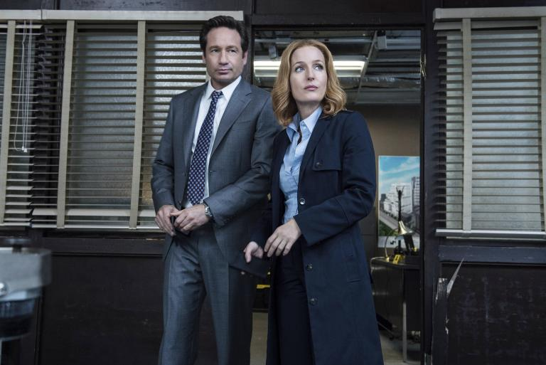 Ein neuer mysteriöser Fall wartet auf Mulder (David Duchovny, l.) und Scully (Gillian Anderson, r.) ... © 2016 Fox and its related entities. All rights reserved. / Ed Araquel