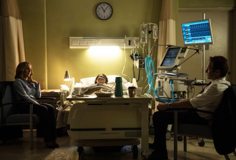 Als Scully (Gillian Anderson, l.) ihre im Sterben liegende Mutter Margaret (Sheila Larken, M.) im Krankenhaus besucht, will Mulder (David Duchovny, r.) ihr beistehen, doch seine Anwesenheit ruft auch die Erinnerungen an den Sohn wach, den sie einst zur Adoption freigab ... © 2016 Fox and its related entities. All rights reserved.