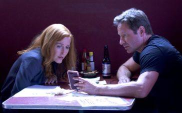 Als Scully (Gillian Anderson, l.) und Mulder (David Duchovny, r.) eine unerwartete Nachricht erhalten, ahnen sie nicht, in was sie dort hineingezogen werden ... © 2017 Fox and its related entities. All rights reserved.