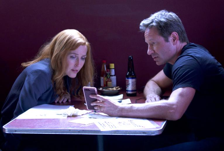 Als Scully (Gillian Anderson, l.) und Mulder (David Duchovny, r.) eine unerwartete Nachricht erhalten, ahnen sie nicht, in was sie dort hineingezogen werden ... © 2017 Fox and its related entities. All rights reserved.