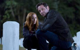 Ein alter Freund wendet sich mit einem schockierenden Geheimnis an Scully (Gillian Anderson, l.) und Mulder (David Duchovny, r.) ... © 2017 Fox and its related entities. All rights reserved. / Robert Falconer