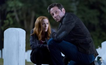 Ein alter Freund wendet sich mit einem schockierenden Geheimnis an Scully (Gillian Anderson, l.) und Mulder (David Duchovny, r.) ... © 2017 Fox and its related entities. All rights reserved. / Robert Falconer
