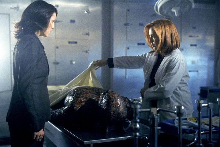 Reyes (Annabeth Gish, l.) und Scully (Gillian Anderson, r.) untersuchen eine Leiche, die angeblich Knowle Rohrer sein soll. © 2002 Twentieth Century Fox Film Corporation. All rights reserved.