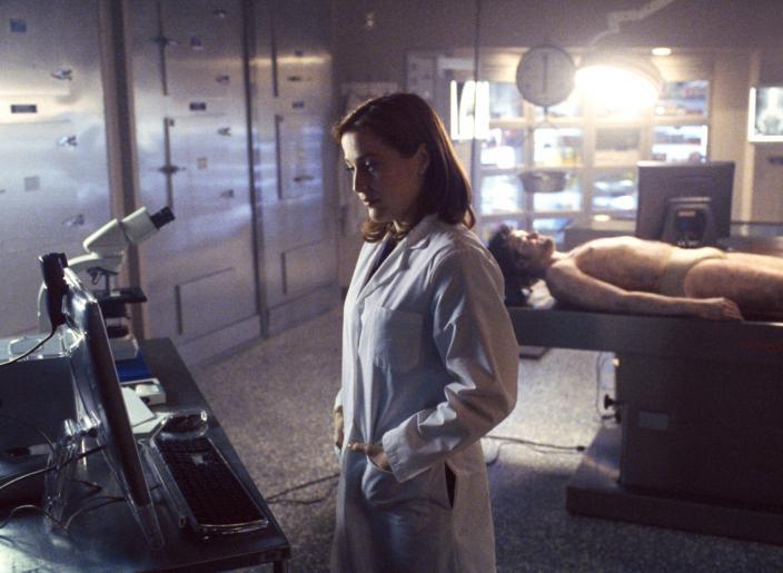 Dana Scully (Gillian Anderson) untersucht die Leiche eines jungen Mannes, der offensichtlich vom Himmel gefallen und auf dem Autodach seines Freundes gelandet ist. © 2002 Twentieth Century Fox Film Corporation. All rights reserved.