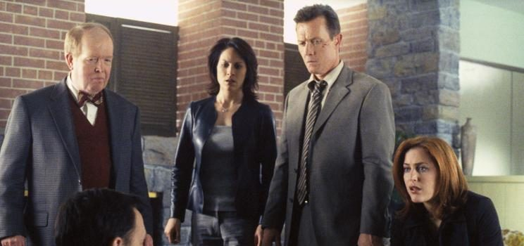 "Dr. John Reits (John Aylward, l.), Monica Reyes (Annabeth Gish, 2.v.l.), John Doggett (Robert Patrick, 2.v.r.) und Dana Scully (Gillian Anderson, r.) sind fasziniert von Oliver Martin (Michael Emerson), dem ""Mozart der Psychokinese"", wie er von Dr. Reits genannt wird. © 2002 Twentieth Century Fox Film Corporation. All rights reserved."