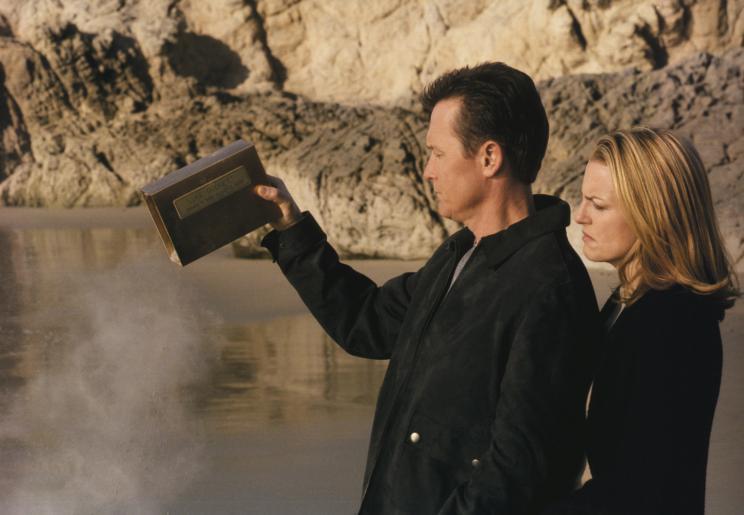 John Doggett (Robert Patrick, l.) und seine Ex-Frau Barbara (Barbara Patrick, r.) nehmen Abschied von ihrem Sohn Luke ... © 2002 Twentieth Century Fox Film Corporation. All rights reserved.