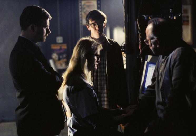 """Die drei """"Einsamen Schützen"""" Byers (Bruce Harwood, l.), Langly (Dean Haglund, 2.v.l.) und Frohike (Tom Braidwood, r.) versuchen mit Hilfe ihres Hackerfreundes Kimmy (Jim Fyfe), die Spur eines Terroristen zu verfolgen ... © 2002 Twentieth Century Fox Film Corporation. All rights reserved."""