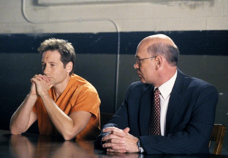 Nach einem Handel zwischen hohen Generälen und Director Kersh wird der Prozess gegen Mulder (David Duchovny, l.) von FBI-Agenten geführt: Skinner (Mitch Pileggi, r.) wird Mulders Verteidiger. © 2002 Twentieth Century Fox Film Corporation. All rights reserved.