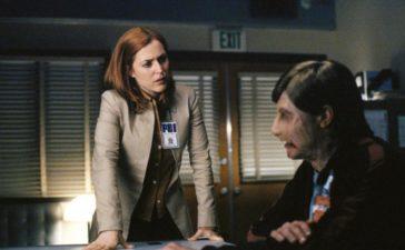 Ein durch Brandwunden entstellter Mann ist in das Büro von Doggett eingedrungen. Nach seiner Festnahme nimmt ihn Scully (Gillian Anderson, l.) ins Verhör. © 2002 Twentieth Century Fox Film Corporation. All rights reserved.