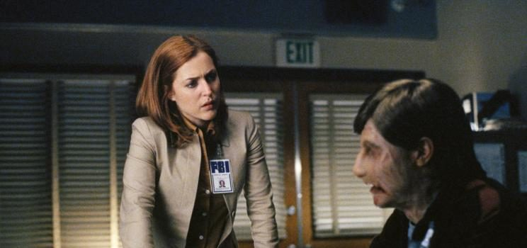 Ein durch Brandwunden entstellter Mann ist in das Büro von Doggett eingedrungen. Nach seiner Festnahme nimmt ihn Scully (Gillian Anderson, l.) ins Verhör. © 2002 Twentieth Century Fox Film Corporation. All rights reserved.