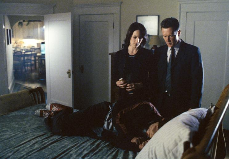 Noch haben Monica (Annabeth Gish, l.) und Doggett (Robert Patrick, r.) keine Ahnung, wer der Unbekannte (Chris Bradley Owens) mit dem Narbengesicht wirklich ist ... © 2002 Twentieth Century Fox Film Corporation. All rights reserved.