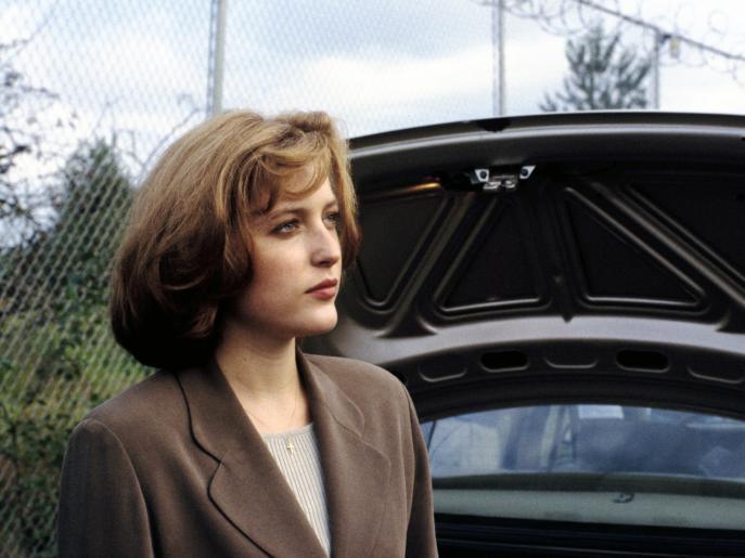 Die FBI-Agentin Scully (Gillian Anderson) und der FBI-Agent Fox Mulder wundern sich, dass der vermisste Testpilot plötzlich wieder zu Hause auftaucht ... © 1993 Twentieth Century Fox Film Corporation. All rights reserved.