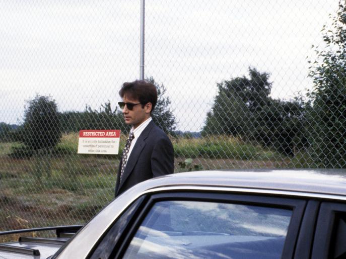 FBI-Agent Mulder (David Duchovny, l.) trifft zwei junge Leute, die meinen, UFOs über Ellens Airbase gesehen zu haben ... © 1993 Twentieth Century Fox Film Corporation. All rights reserved.